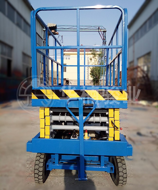 操作人员使用移动式升降机要配备哪些安全用具